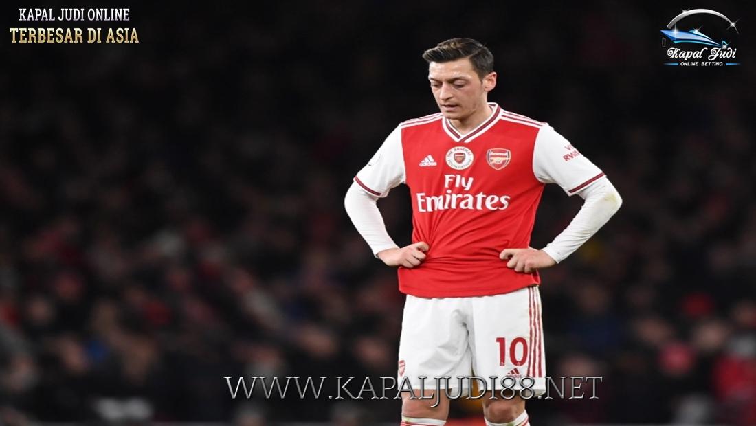 Mesut Ozil Tetap Bertahan di Arsenal